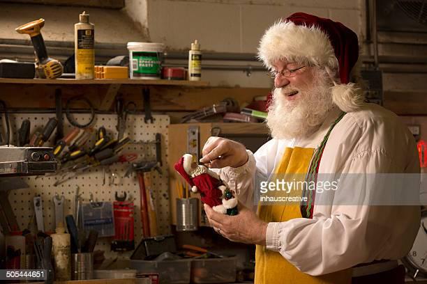 Santa Claus travaillant dans son atelier