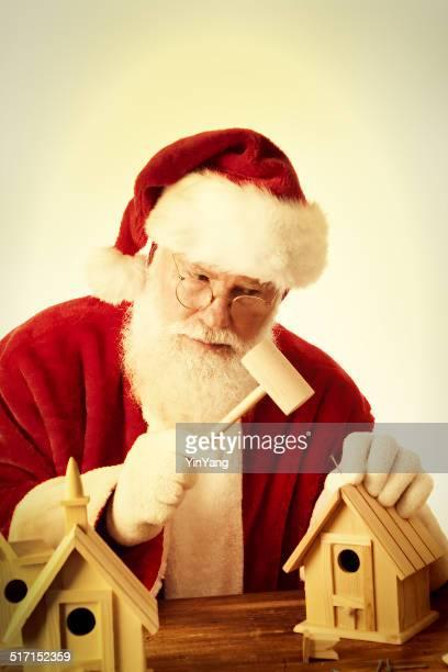 Santa Clause faire des jouets maisons d'oiseaux sur fond blanc