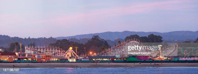 サンタクルスボードウォーク:日没後のローラーコースター