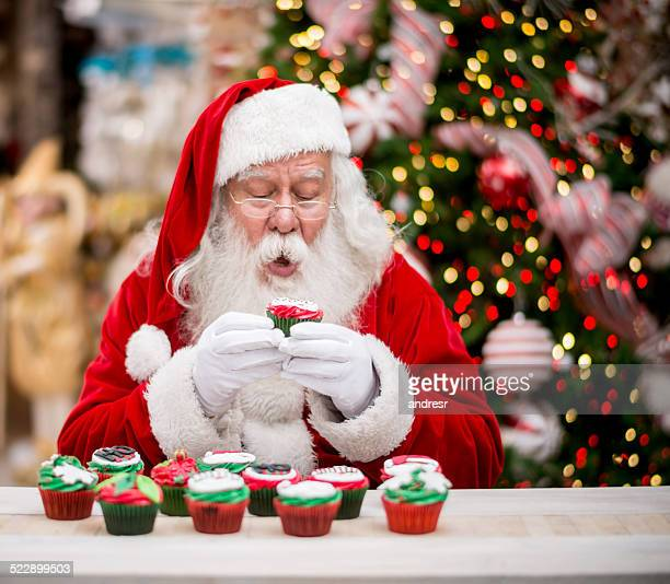 Santa Essen ein Weihnachts-cupcake