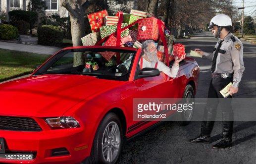 Santa getting speeding ticket from cop : Stock-Foto