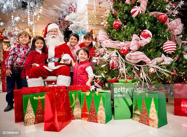 Santa avec un groupe d'enfants