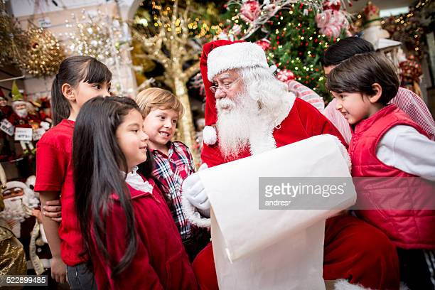 Santa avec une liste d'achats