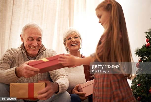 Santa s kleiner Gehilfe bringt in die Geschenke