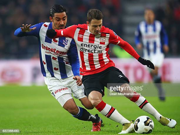 Santiago Arias of PSV battles for the ball with Reza Ghoochannejhad of sc Heerenveen during the Dutch Eredivisie match between PSV Eindhoven and SC...