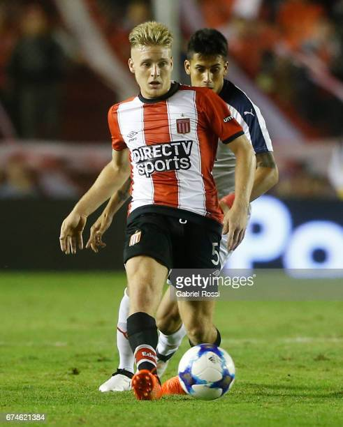 Santiago Ascacibar of Estudiantes plays the ball during a match between Independiente and Estudiantes as part of Torneo Primera Division 2016/17 at...