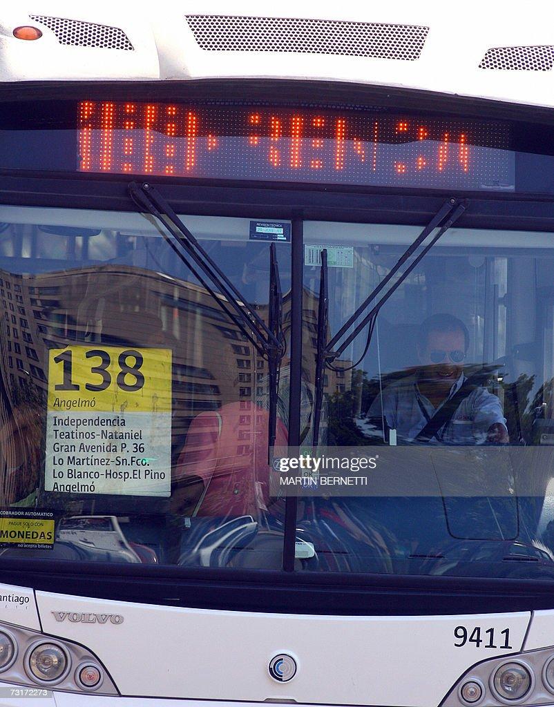 Los modernos buses con carteles electronicos que muestran el recorrido forman parte del nuevo programa del gobierno denominado Transantiago, en Santiago el 01 de febrero de 2007. Despues de varios retrasos programados, la capital chilena renovara por completo su sistema de transporte publico con la puesta en marcha de 'Transantiago', un plan que modificara totalmente la forma de viajar por Santiago. El programa debutara el 10 de febrero, supone la mayor transformacion al transporte urbano de Santiago en los ultimos 70 anos.El plan comtempla un cambio radical de los recorridos, la renovacion de la flota de autobuses y la introduccion de una nueva forma de pago, con el uso obligatorio de una tarjeta de prepago inteligente llamada 'Bip'. AFP PHOTO/ Martin BERNETTI