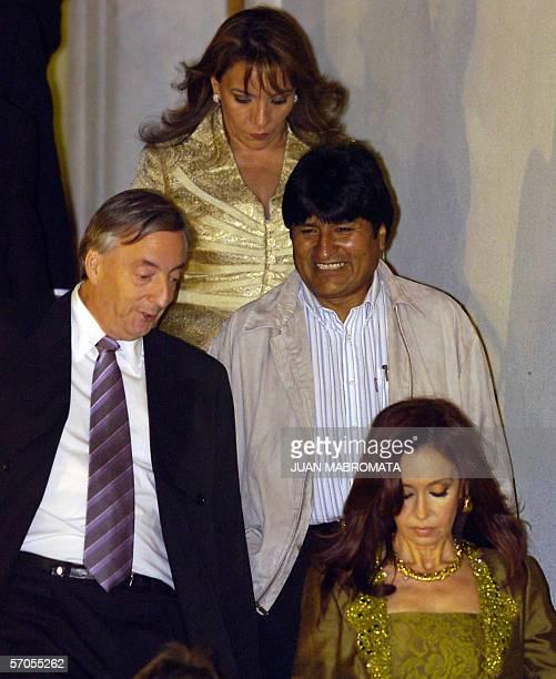 El presidente de Argentina Nestor Kirchner dialoga con el presidente de Bolivia Evo Morales antes de realizarse la foto oficial en el Palacio de la...