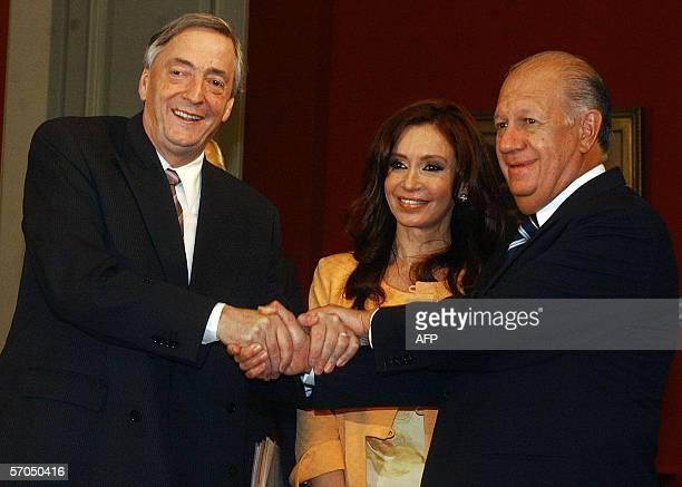 El presidente de Argentina Nestor Kirchner junto a su esposa Cristina Fernandez saluda al presidente de Chile Ricardo Lagos en el Palacio de la...