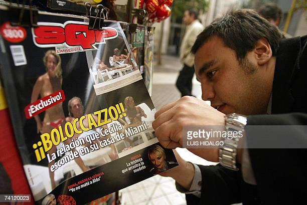 Una persona trata de ver fotos en el interior de un ejemplar de la revista SQP en la cual aparecen en portada fotos de la chilena Cecilia Bolocco ex...