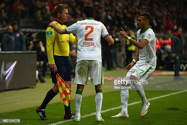 Santiago Garcia and Davie Selke of Bremen discuss with assistant referee Christian Fischer after Haris Seferovic of Frankfurt scored his team's...