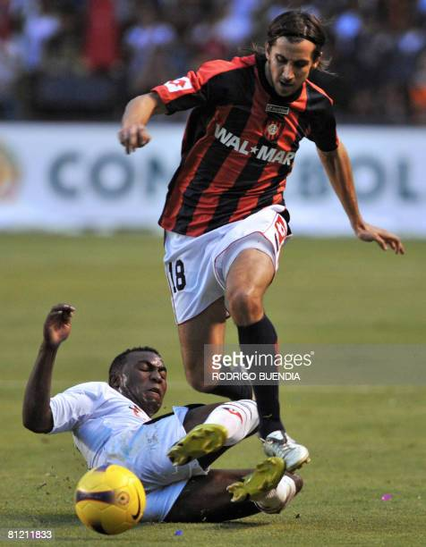 Santiago Hirsig midfielder of Argentinian San Lorenzo vies for the ball with forward Joffre Guerron of Liga de Quito during their 2008 Libertadores...