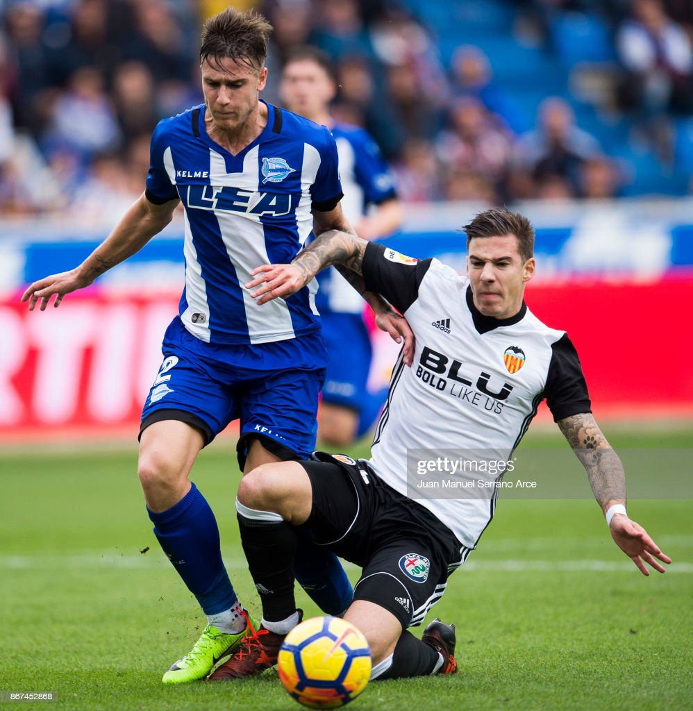 Santiago Mina of Valencia CF duels for the ball with Carlos Vigaray of Deportivo Alaves during the La Liga match between Deportivo Alaves and Valencia CF at Estadio de Mendizorroza on October 28, 2017 in Vitoria-Gasteiz, Spain.