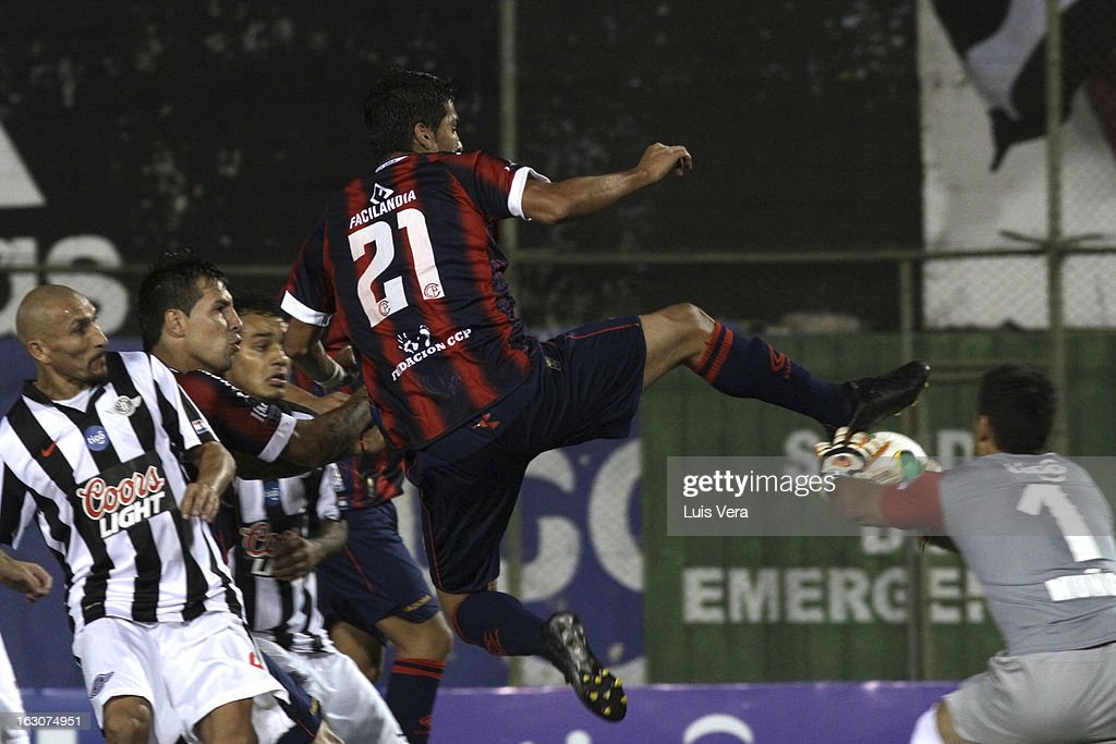 Santiago Salcedo (C) of Cerro Porteño, and Rodrigo Muñoz (R) and Pablo Guiñazu (L) of Libertad fight for the ball during the match between Libertad and Cerro Porteño for the Aperture APF, at Defensores del Chaco on March 03, 2013 in Asuncion, Paraguay.