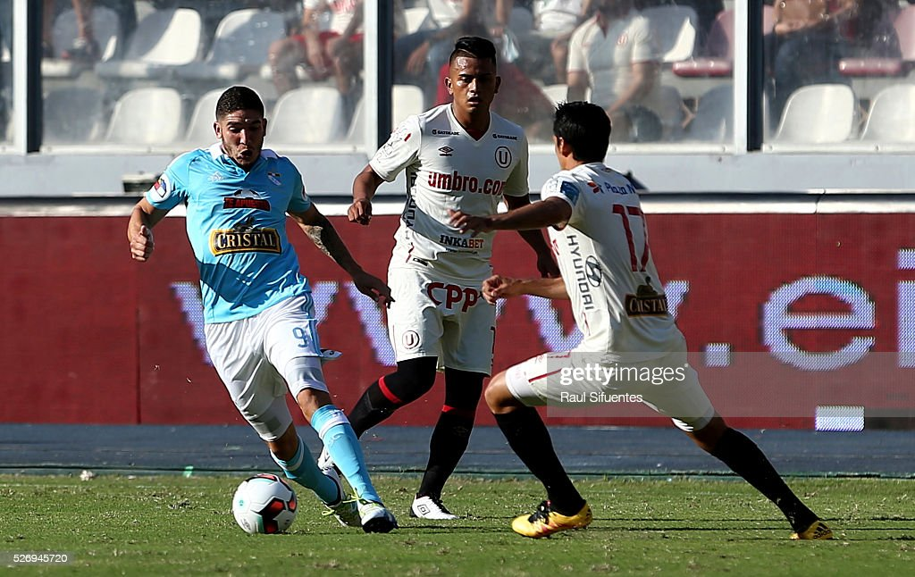 Santiago Silva (L) of Sporting Cristal struggles for the ball with Breiner Garcia (R) of Universitario during a match between Sporting Cristal and Universitario as part of Torneo Apertura 2016 at Nacional Stadium on May 01, 2016 in Lima, Peru.