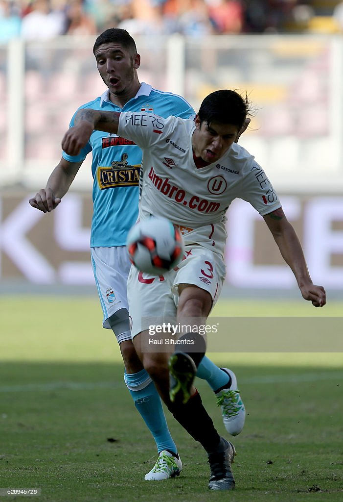 Santiago Silva (L) of Sporting Cristal struggles for the ball with Horacio Benincasa (R) of Universitario during a match between Sporting Cristal and Universitario as part of Torneo Apertura 2016 at Nacional Stadium on May 01, 2016 in Lima, Peru.