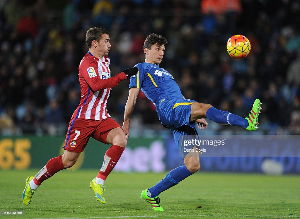 <a gi-track='captionPersonalityLinkClicked' href=/galleries/search?phrase=Santiago+Vergini&family=editorial&specificpeople=9749014 ng-click='$event.stopPropagation()'>Santiago Vergini</a> of Getafe chips the ball over Antoine Greizmann of Club Atletico de Madrid during the La Liga match between Getafe CF and Club Atletico de Madrid at Coliseum Alfonso Perez on February 14, 2016 in Getafe, Spain.