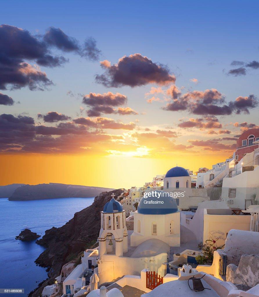 Coucher de soleil sur Santorin au village d'Oia sur la Grèce : Photo