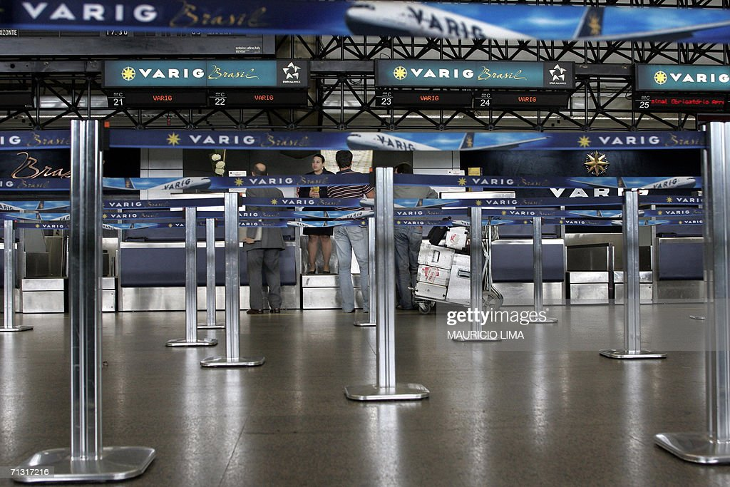 A Varig Brazilian airlines employee gives information to the few passengers awaiting at the company's international departure sector 28 June 2006 of...