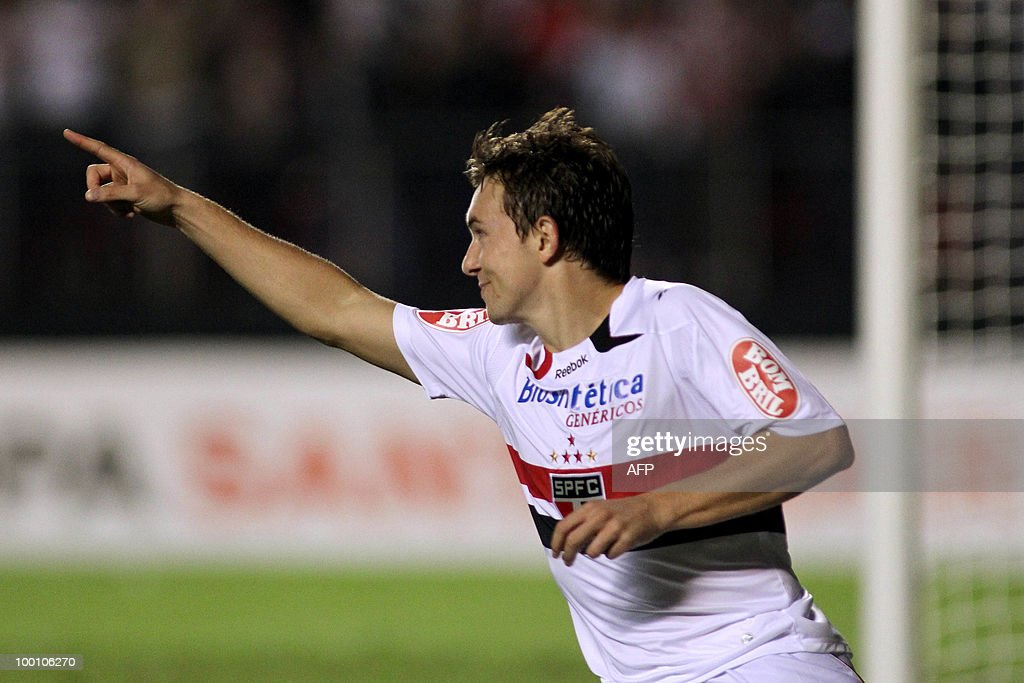 Sao Paulo's Dagoberto celebrates after scoring against Cruzeiro during their Copa Libertadores football match at Morumbi Stadium in Sao Paulo, Brazil on May 19, 2010. AFP PHOTO / Nelson ALMEIDA