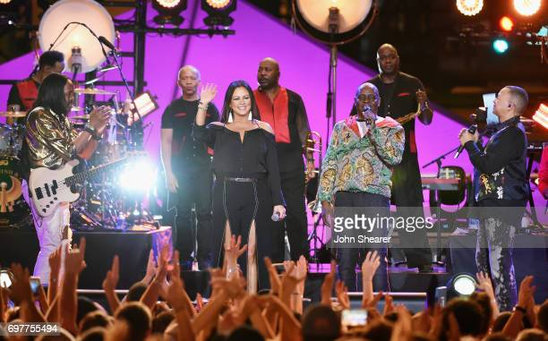 Sara Evans performs onstage with Verdine White Philip Bailey and Ralph Johnson of Earth Wind Fire during CMT Crossroads Earth Wind Fire and Friends...
