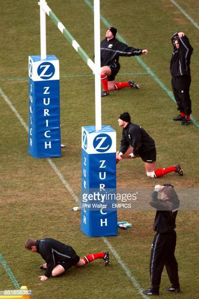 Saracens warm up by the goal posts