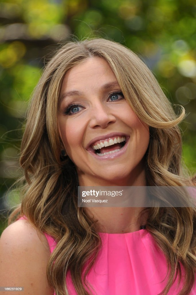 Sarah Chalke visits 'Extra' at The Grove on April 10, 2013 in Los Angeles, California.