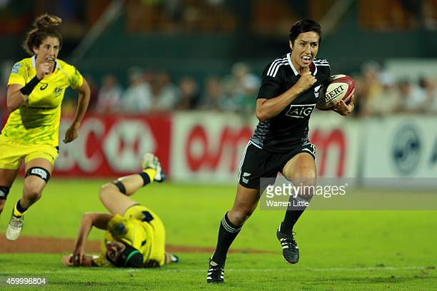Sarah Gross of New Zealand scores the winning try against Australia during day one of the Emirates Dubai Sevens IRB Women's Sevens World Series Cup...