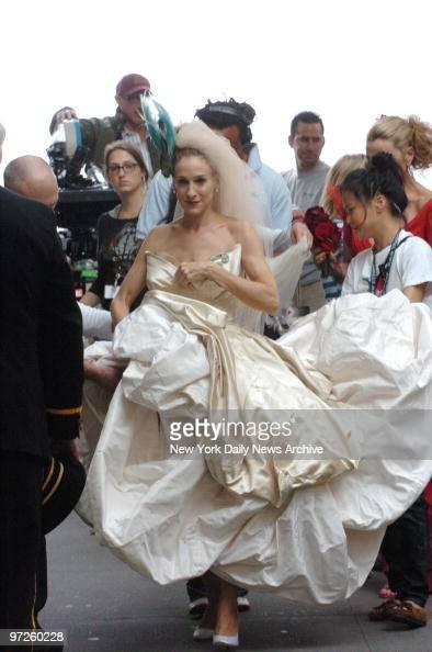 Sarah jessica parker in wedding dress at filming of sex for Sarah jessica parker wedding dress