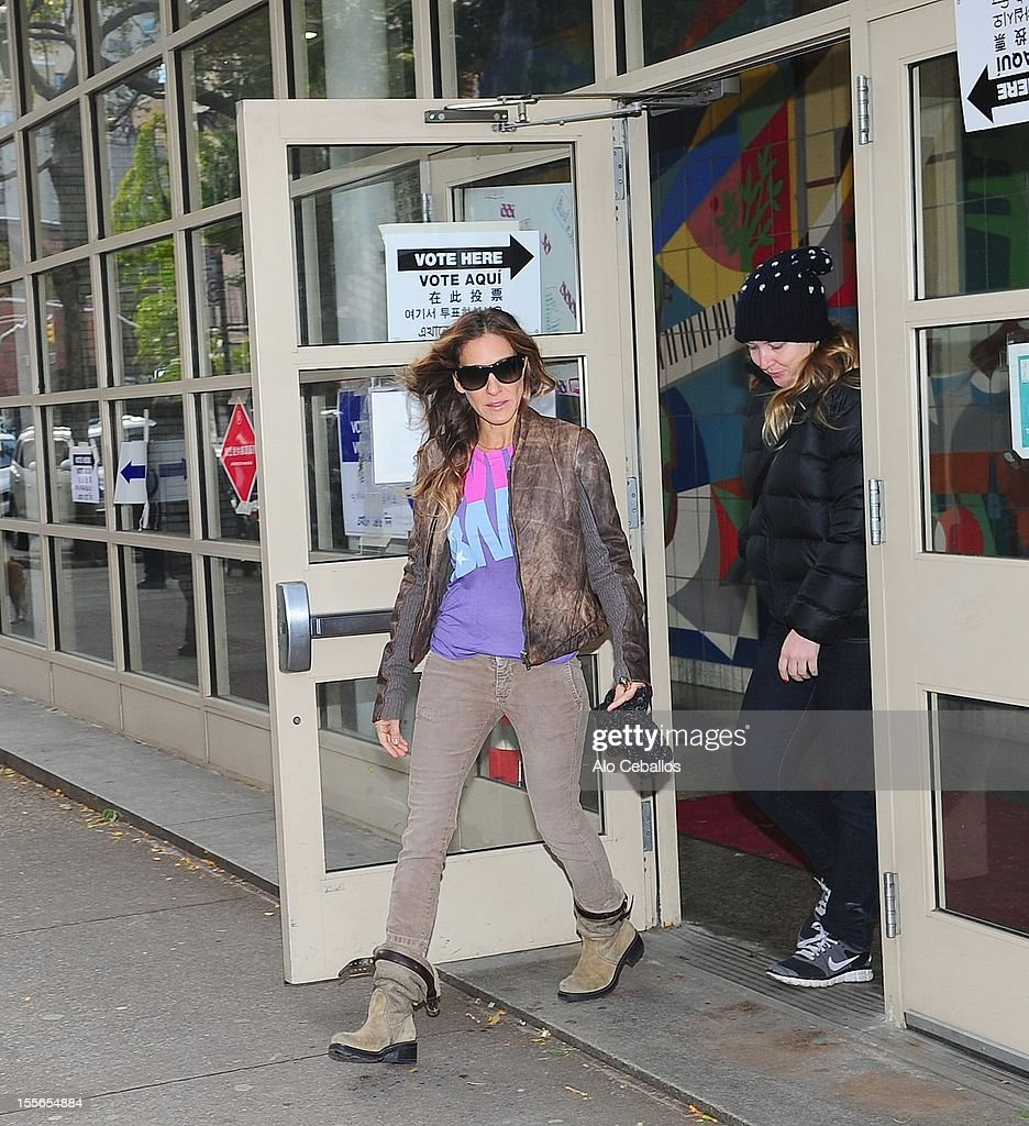 <a gi-track='captionPersonalityLinkClicked' href=/galleries/search?phrase=Sarah+Jessica+Parker&family=editorial&specificpeople=201693 ng-click='$event.stopPropagation()'>Sarah Jessica Parker</a> is seen in the West Village at Streets of Manhattan on November 6, 2012 in New York City.