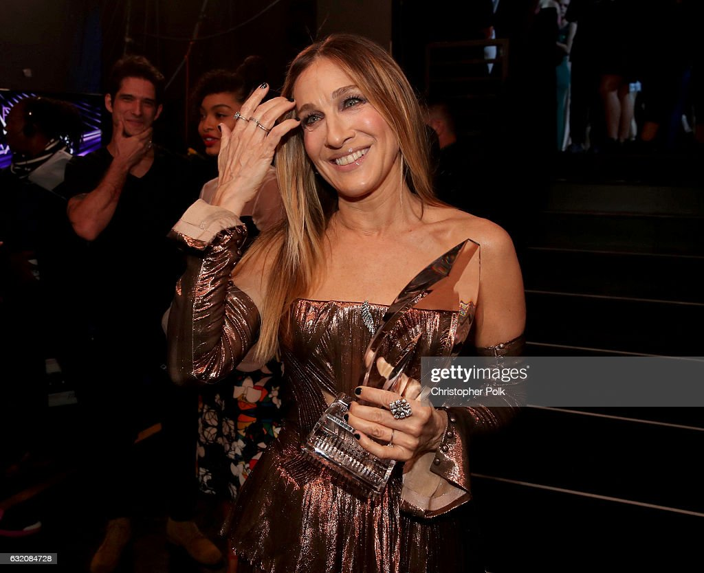 Sarah Jessica Parker, winner of the Favorite Premium Series Actress Award, poses backstage during the People's Choice Awards 2017 at Microsoft Theater on January 18, 2017 in Los Angeles, California.