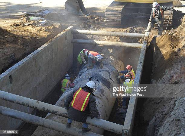 Sarah L Voisin / TWP NEG NUMBER 205591 Potomac MD Construction workers continue to work on the River road water main break West of the beltway to...