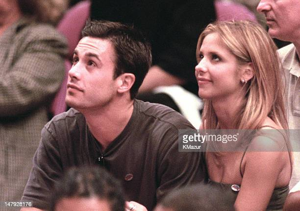 Sarah Michelle Gellar and Freddie Prinze Jr during New York Knicks Vs The Miami Heat in the NBA playoffs May 14th 2000 at Madison Square Garden in...