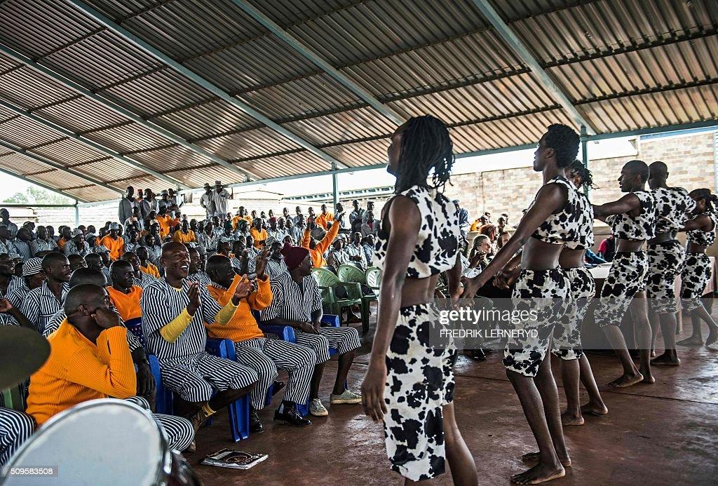 Sarakasi circus performers perform for prisoners at Kamiti prison, in Nairobi on February 11, 2016. Sarakasi Circus performed dance, acrobatics and workshops for the inmates at Kamiti maximum security prison in order provide another form of engagement during their incarceration. / AFP / FREDRIK LERNERYD