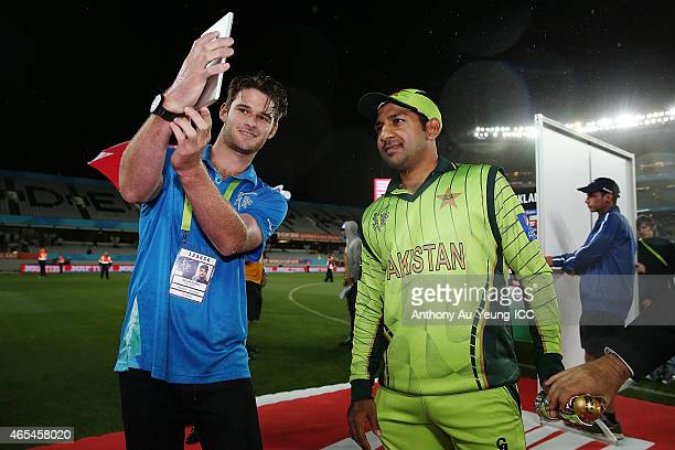 Sarfraz Ahmed of Pakistan takes a twitter photo after being named Player of the Match after the 2015 ICC Cricket World Cup match between South Africa...