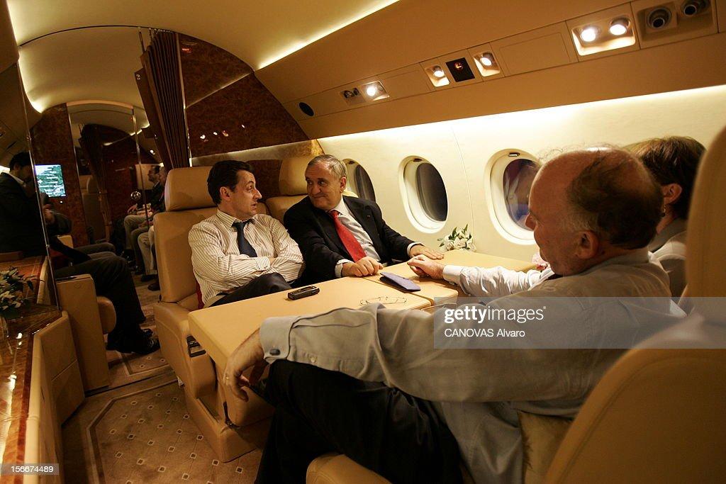 Sarkozy - Raffarin Toghter To Defend The Yes For The Constitution. Dans le Falcon 900 qui les ramène de POITIERS, Jean-Pierre RAFFARIN et Nicolas SARKOZY se regardent en souriant en attendant de dîner, face à Anne-Marie et à Dominique BUSSEREAU.