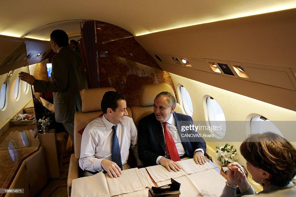 Sarkozy - Raffarin Toghter To Defend The Yes For The Constitution. Dans le Falcon 900 qui les ramène de POITIERS, Jean-Pierre RAFFARIN et Nicolas SARKOZY plaisantant en présence d'Anne-Marie.