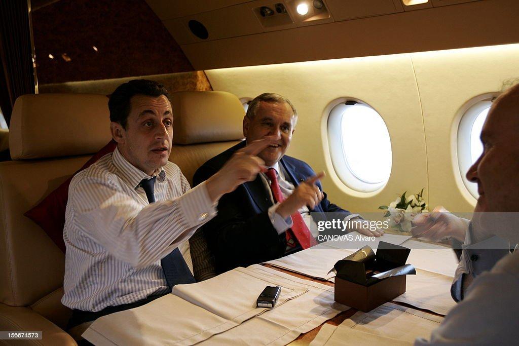 Sarkozy - Raffarin Toghter To Defend The Yes For The Constitution. Dans le Falcon 900 qui les ramène de POITIERS, Jean-Pierre RAFFARIN et Nicolas SARKOZY tous deux l'index dressé face à Dominique BUSSEREAU amusé.