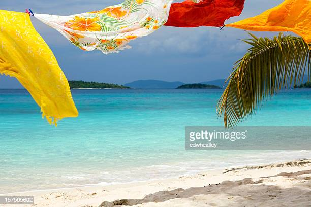 sarongs nel vento su una spiaggia