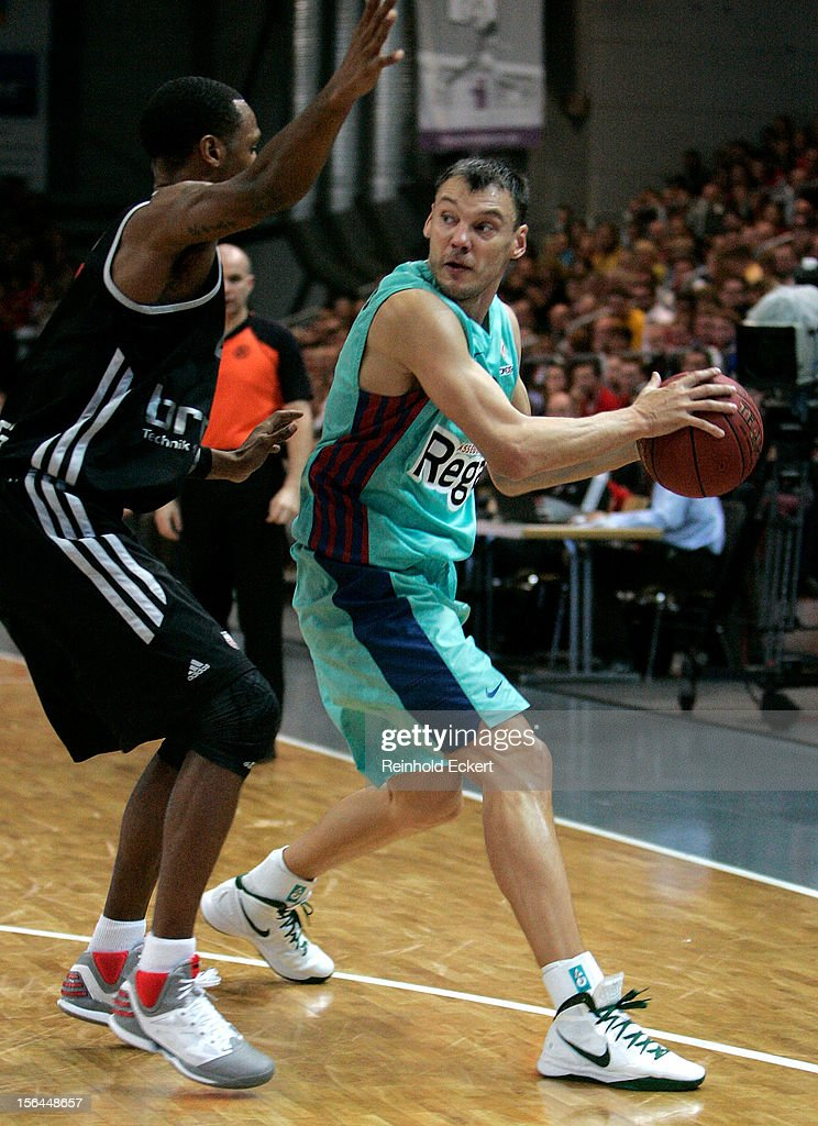<a gi-track='captionPersonalityLinkClicked' href=/galleries/search?phrase=Sarunas+Jasikevicius&family=editorial&specificpeople=581779 ng-click='$event.stopPropagation()'>Sarunas Jasikevicius</a>, #13 of FC Barcelona Regal competes with <a gi-track='captionPersonalityLinkClicked' href=/galleries/search?phrase=Latavious+Williams&family=editorial&specificpeople=6523982 ng-click='$event.stopPropagation()'>Latavious Williams</a>, #21 of Brose Baskets Bamberg during the 2012-2013 Turkish Airlines Euroleague Regular Season Game Day 6 between Brose Baskets Bamberg v FC Barcelona Regal at Stechert Arena on November 15, 2012 in Bamberg, Germany.