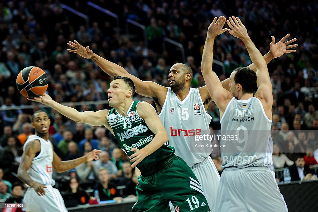 <a gi-track='captionPersonalityLinkClicked' href=/galleries/search?phrase=Sarunas+Jasikevicius&family=editorial&specificpeople=581779 ng-click='$event.stopPropagation()'>Sarunas Jasikevicius</a>, #19 of Zalgiris Kaunas competes with <a gi-track='captionPersonalityLinkClicked' href=/galleries/search?phrase=Sharrod+Ford&family=editorial&specificpeople=589987 ng-click='$event.stopPropagation()'>Sharrod Ford</a>, #15 of Bamberg and Karsten Tadda, #9 of Brose Baskets during the 2013-2014 Turkish Airlines Euroleague Regular Season Date 5 game between Zalgiris Kaunas v Brose Baskets Bamberg at Zalgiris Arena on November 14, 2013 in Kaunas, Lithuania.