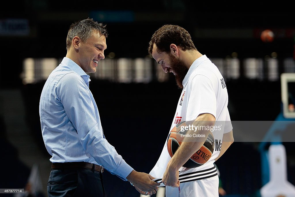 <a gi-track='captionPersonalityLinkClicked' href=/galleries/search?phrase=Sarunas+Jasikevicius&family=editorial&specificpeople=581779 ng-click='$event.stopPropagation()'>Sarunas Jasikevicius</a> of Zalgiris Kaunas and <a gi-track='captionPersonalityLinkClicked' href=/galleries/search?phrase=Sergio+Rodriguez&family=editorial&specificpeople=765161 ng-click='$event.stopPropagation()'>Sergio Rodriguez</a>, #13 of Real Madrid during the 2014-2015 Turkish Airlines Euroleague Basketball Regular Season Date 1 between Real Madrid v Zalgiris Kaunas at Barclaydcard Center on October 17, 2014 in Madrid, Spain.