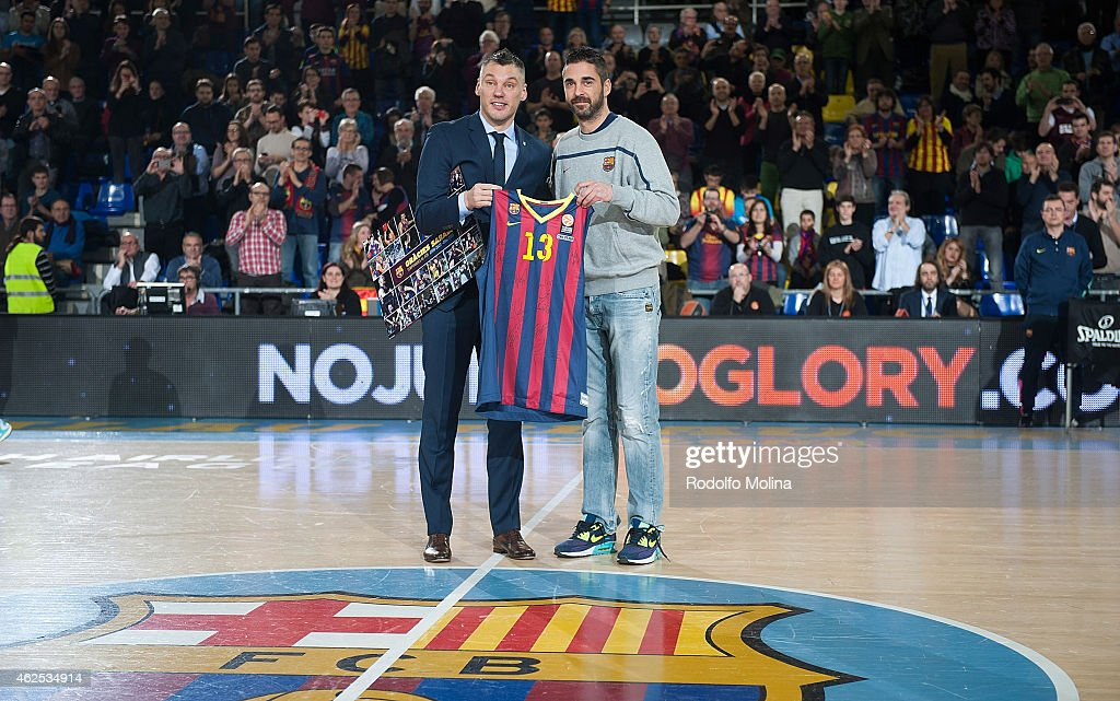 Sarunas Jasikevicius, second Coach of Zalgiris Kaunas and FC Barcelona former player receives from Juan Carlos Navarro, #11 of FC Barcelona a commemorative T-shrit before the Euroleague Basketball Top 16 Date 5 game between FC Barcelona v Zalgiris Kaunas at Palau Blaugrana on January 30, 2015 in Barcelona, Spain.