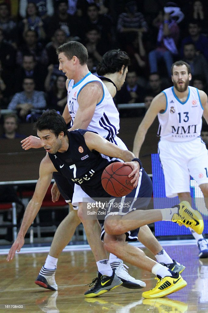 <a gi-track='captionPersonalityLinkClicked' href=/galleries/search?phrase=Sasha+Vujacic&family=editorial&specificpeople=210542 ng-click='$event.stopPropagation()'>Sasha Vujacic</a> #7 of Anadolu Efes competes with Jaycee Carroll #20 of Real Madrid during the 2012-2013 Turkish Airlines Euroleague Top 16 Date 7 between Anadolu EFES Istanbul v Real Madrid at Abdi Ipekci Sports Arena on February 14, 2013 in Istanbul, Turkey.