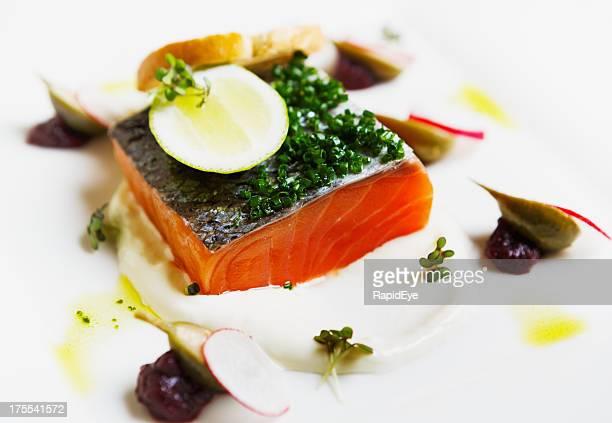 Sashimi con micro erbe su piatto