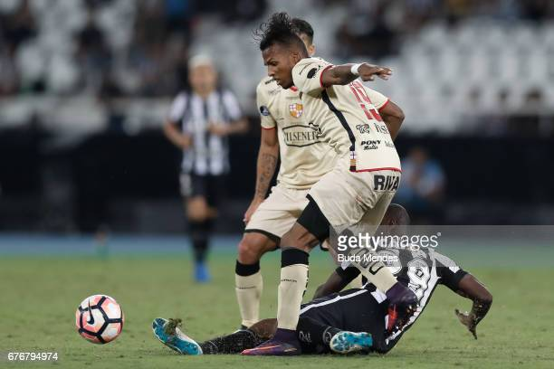 Sassa of Botafogo struggles for the ball with Daro Aimar of Barcelona de Guayaquil during a match between Botafogo and Barcelona de Guayaquil as part...