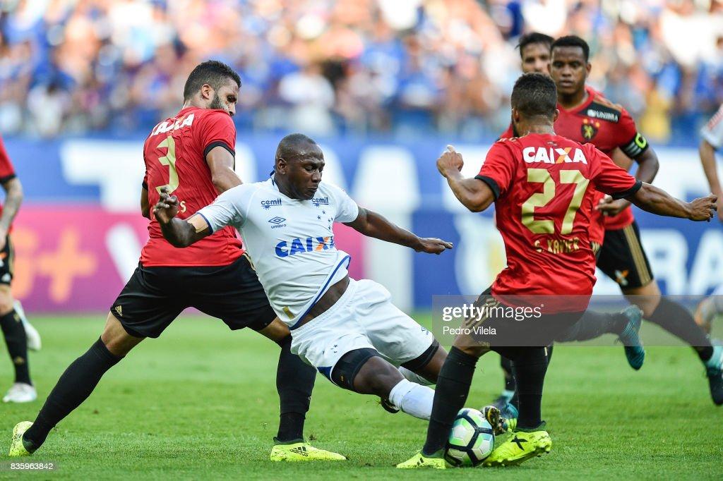 Sassa #99 of Cruzeiro and Alves #3 of Sport Recife battle for the ball during a match between Cruzeiro and Sport Recife as part of Brasileirao Series A 2017 at Mineirao stadium on August 20, 2017 in Belo Horizonte, Brazil.