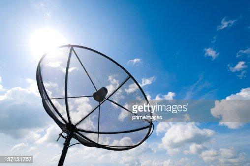 Antenne di piatto satellite nel cielo