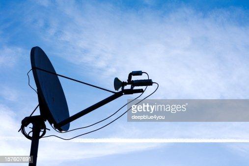 Piatto Satellite su Blu cielo nuvoloso