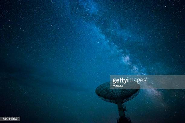 Schotelantenne onder een sterrenhemel